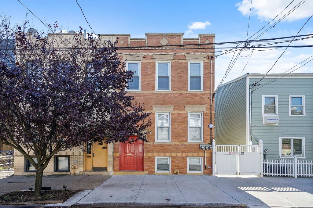 7 House in Ridgewood