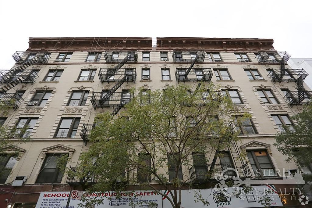 Building Building in Upper East Side