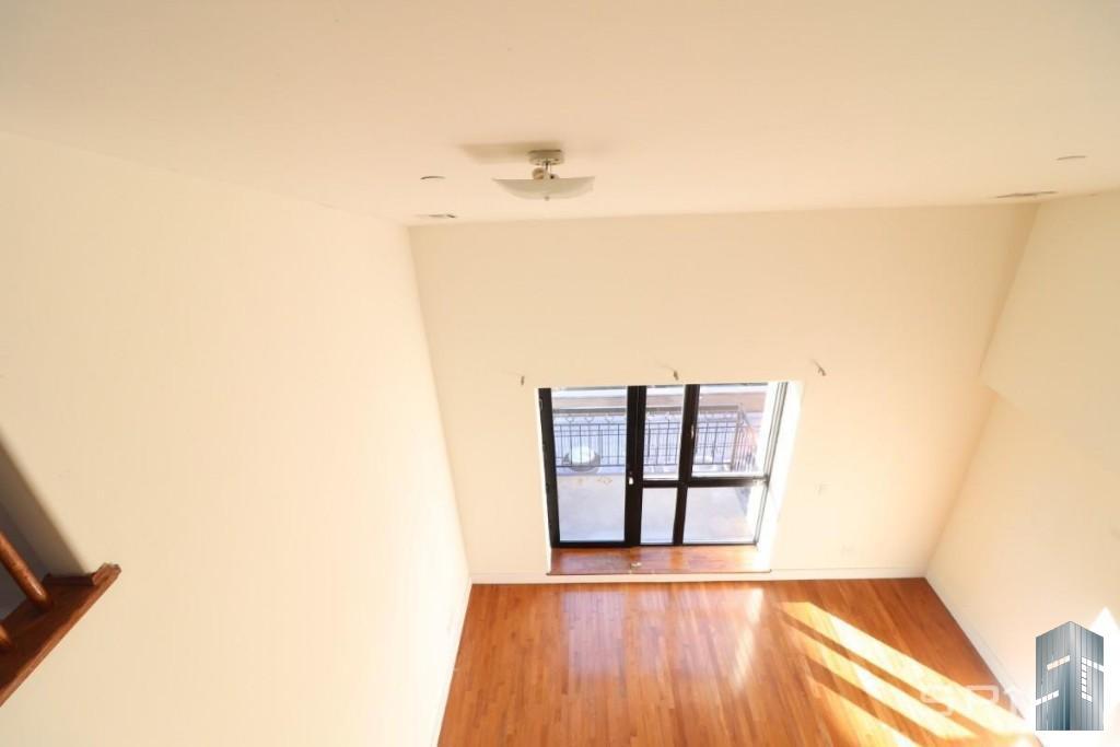 Scholes Street | Brooklyn Apartments: Williamsburg 3 Bedroom