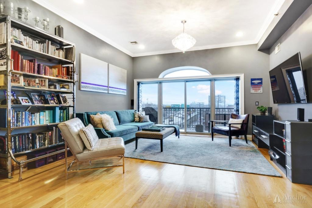 A Stunning 2 Bed/2 Bath for Sale in Boutique Columbia Waterfront Condo! Terrace+Keyed Elevator!!