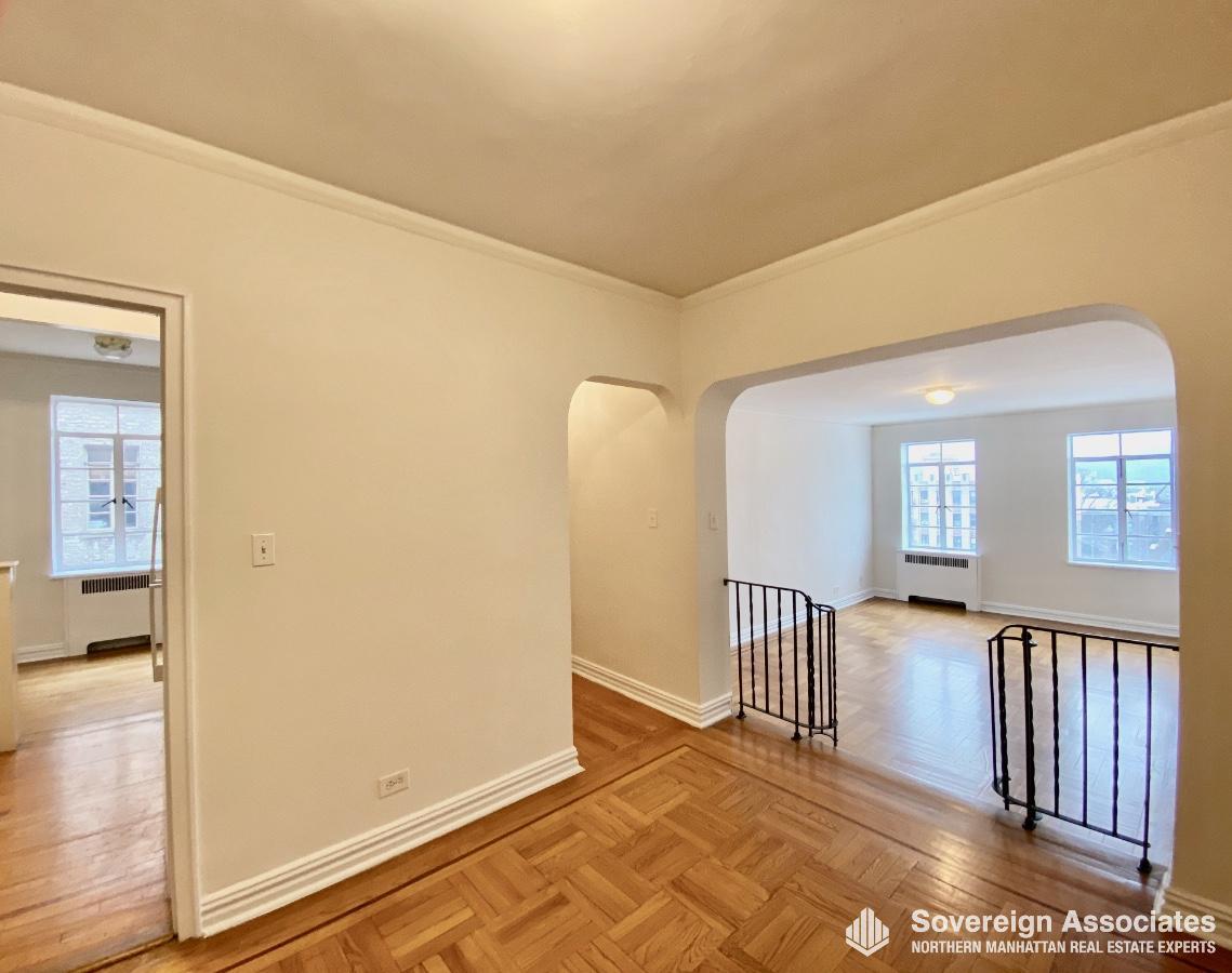 Foyer to Livingroom w Kitchen on Left