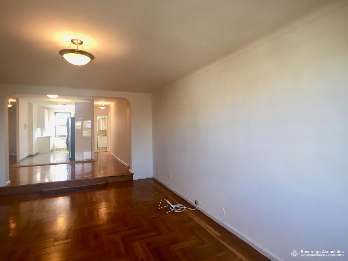 Livingroom toward Foyer & Kitchen