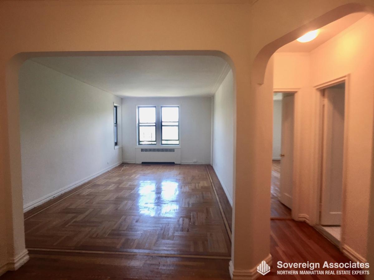 Livingroom in w hallway on right